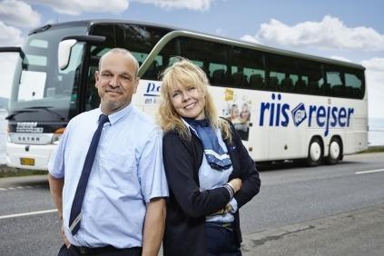 Chauffør og rejseleder byder velkommen