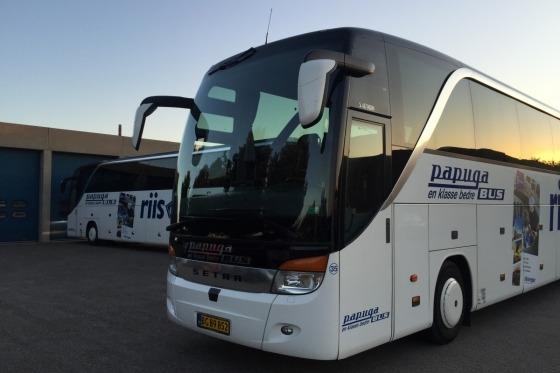 Vi kører i 4-stjernet bus mod vores overnatningshotel