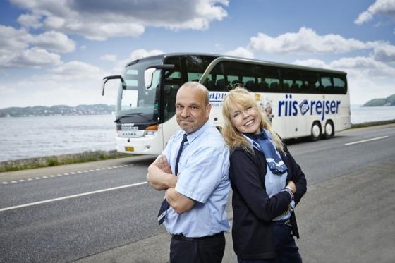 Chauffør og Rejleder byder velkommen på rejsen til Normandiet