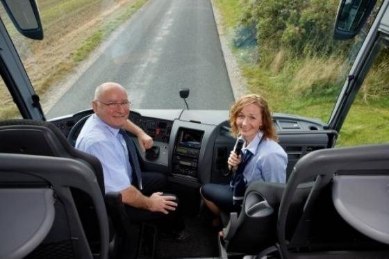 Vores chauffør og rejseleder byder velkommen i bussen